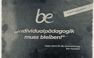 "Schiefertafel ""Individualpädagogik muss bleiben!"""
